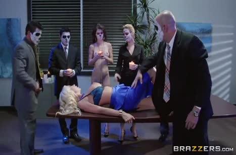 Сектанты беспорядочно трахают фигуристую блонди во все дырки №2