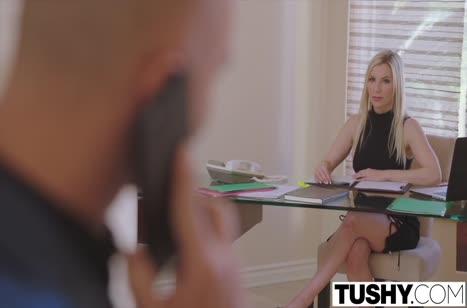 Милашка блондинка Эшли Файерс кайфует от пениса в попке