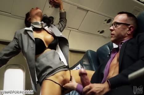 Стюардессы занялись с пассажирами сексом прямо в самолете №3