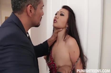Мужик связал бедную азиатку и жестко впечатал ее в кровать №1
