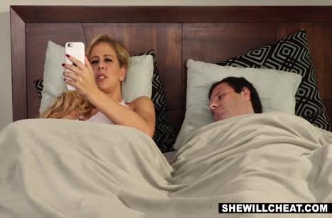 Cherie DeVille в поисках секса прибежала к соседу
