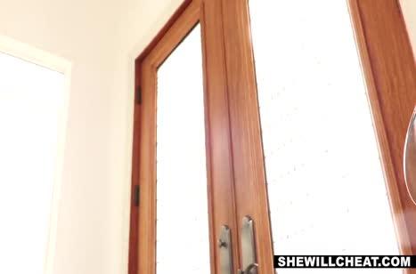 Cherie DeVille в поисках секса прибежала к соседу №4