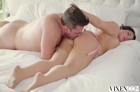 Сочную женушку Анджела Уайт муж красиво пялит в постельке №4