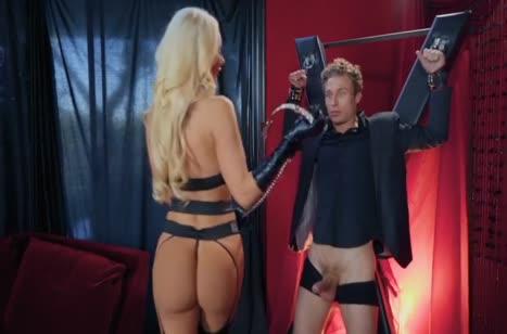 Nicolette Shea в БДСМ наряде наказывает бедного паренька №2