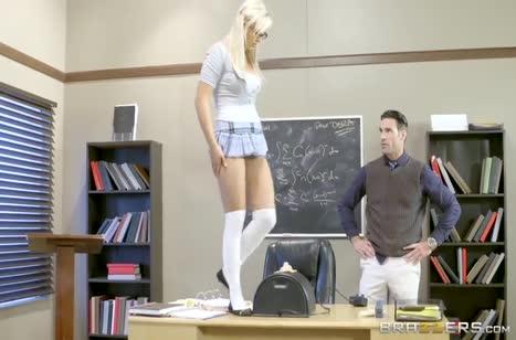 Студентка с большими буферами умеет соблазнить преподавателя №1