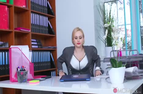 Сочная мамка соблазняет очкарика прямо в офисе