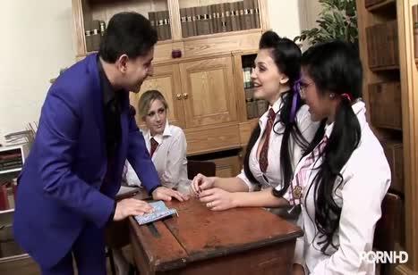 Студентки лесбиянки занимаются сексом прямо во время пары