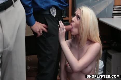 Молодую блондинку наказывают сексом за провинности №5
