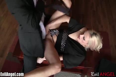 Блондинка с большой жопой смачно спаривается с двумя мужиками №2