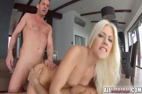 Стройная блондиночка дрючится с парнями перед камерой №5