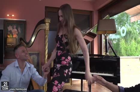 Пианистка Николь Перл жадно трахается с двумя во все щели
