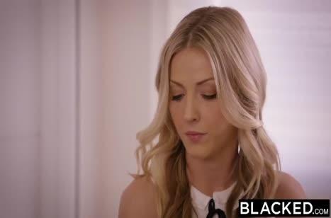 Милашки блондинки сами раздеваются перед черным другом