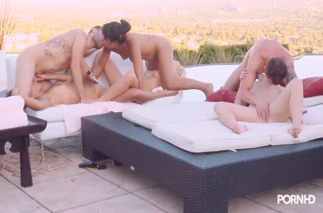 Парни с подругами устроили трах на свежем воздухе