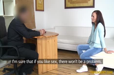 Миленькая брюнетка хорошо трудится на порно кастинге №2