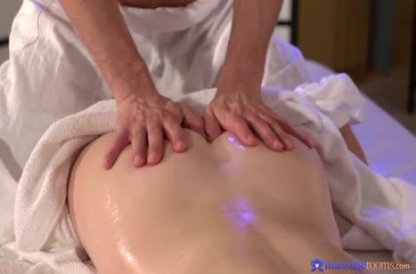 Рыжая пациентка возбудилась перепихнуться прямо на массаже №2