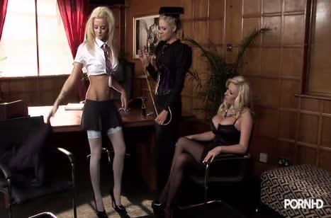 Блондинка с плеткой соблазняет подружек на групповой секс