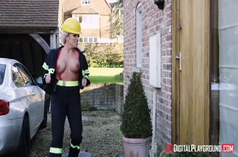 Развратная пожарная спасает чувака глубоким минетом
