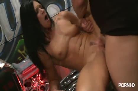 Пошлая нимфетка совращает коллегу на секс в автосервисе №3