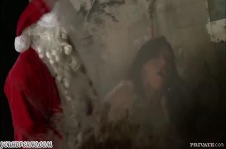Милфа с большими сиськами соблазнила на секс Санту №3