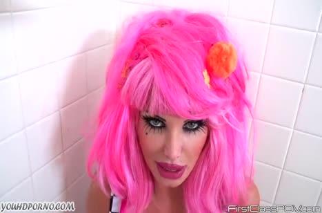 Сучка в розовом парике жадно отсосала член в ванной №2