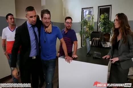 Горячую секретутку босс во всю трахает у себя в кабинете
