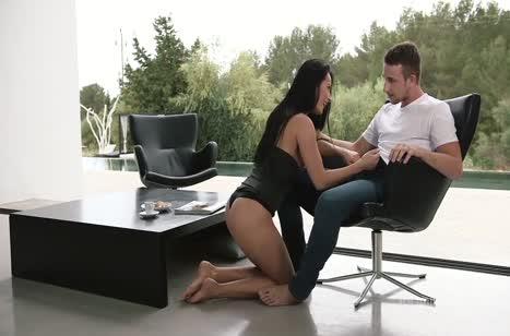 Лекси Дона красиво делает минет и трахается лежа на столе