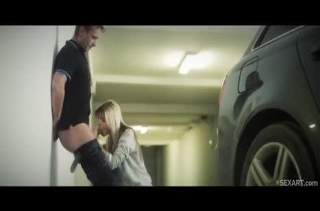 Похотливая блондиночка дает своем другу прямо на парковке №4