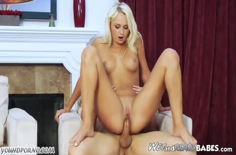Блондиночка с красивым телом устроила оргию в кресле №5