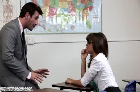 Непослушная студентка Райли Рид дает преподу после пары