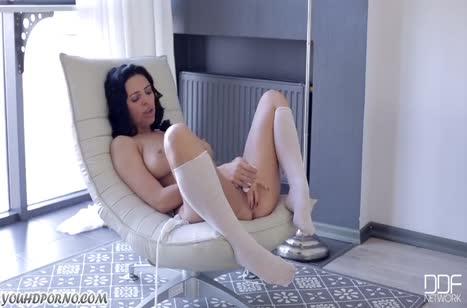 Молодая Kira Queen снимает свое тело и нежно мастурбирует №5