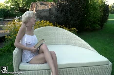 Блондинке Зази Ским красиво присунули в попку на улице