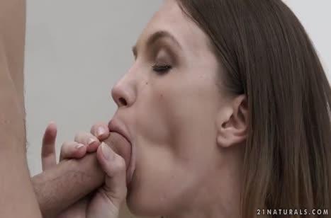 Горячая красотка в бикини не стесняется секса на природе №5