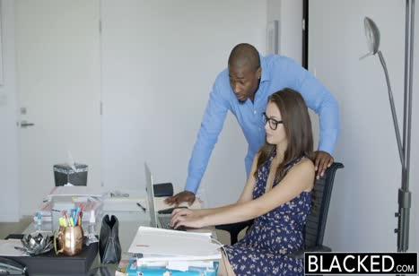 Девушка в чулочках мило трахается в задницу с черным