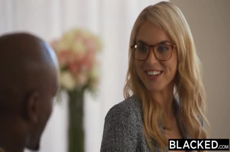 Блондинка отсасывает черную сардельку и охает от секса №1