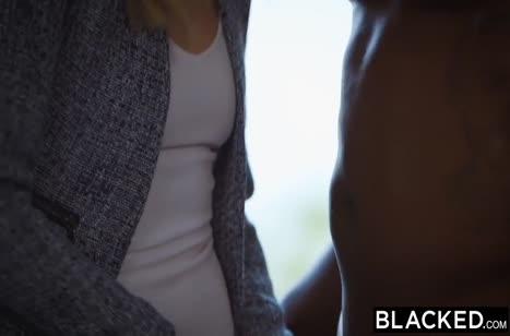 Блондинка отсасывает черную сардельку и охает от секса №2