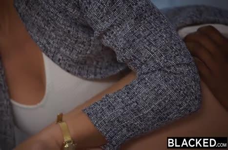 Блондинка отсасывает черную сардельку и охает от секса №4