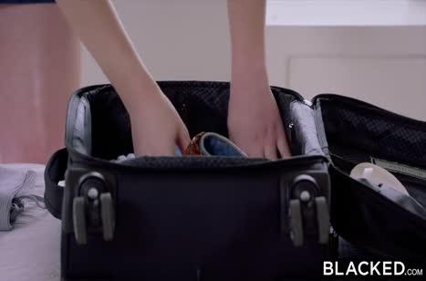 Длинный черный болт доставляет блондинке много удовольствия