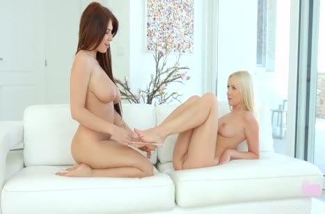 Две гламурные лесбиянки ласкаются большим вибратором №4