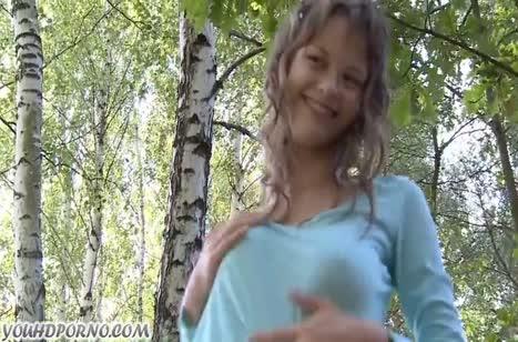 Русская студентка шпилится с бойфрендом возле дерева №1