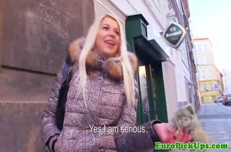 Блондинка устроила с ухажером смачный домашний секс