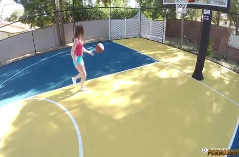 Danni Rivers проиграла пареньку в баскетбол свою киску
