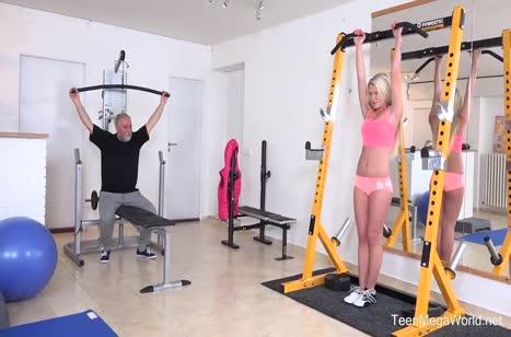 Пожилой здоровяк отмел молодую блондиночку в спортзале