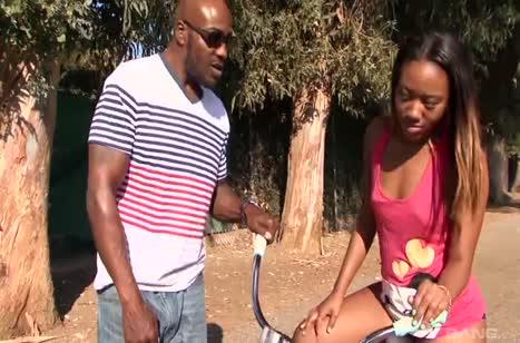 Сексуальную велосипедистку Чанелл Харт крепко посадили на кукан