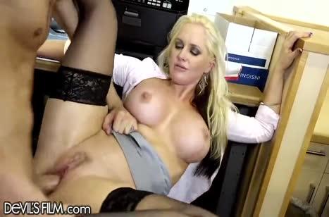 Зрелая блондиночка побаловала коллегу сексом №3