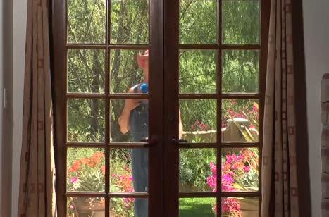 Грудастая Капри Каванни красиво прыгает на большом стояке