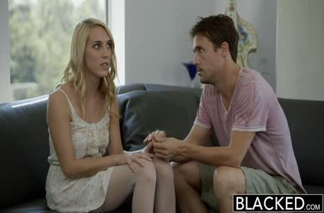 Черный чувак подбодрил блондиночку и порадовал ее трахом