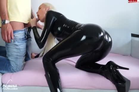 Лаура Парадайз в черном латексе снимает порно с бойфрендом