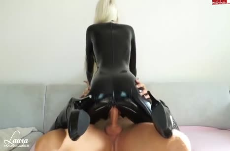 Лаура Парадайз в черном латексе снимает порно с бойфрендом №3