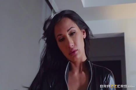 Сисястая Амия Майли развлекается со связанным пареньком