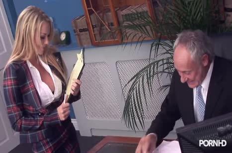 Доступные девушки без вопросов занялись групповым сексом в офисе